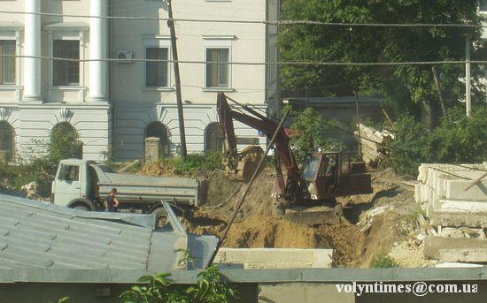 Ківш викидає кладовище на смітник