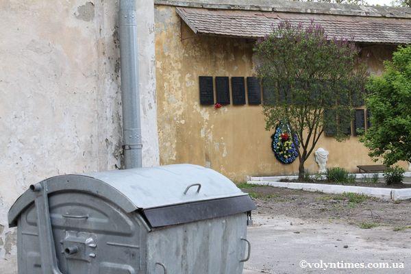 Монастирські смітники на місці розстрілу в'язнів Луцької тюрми