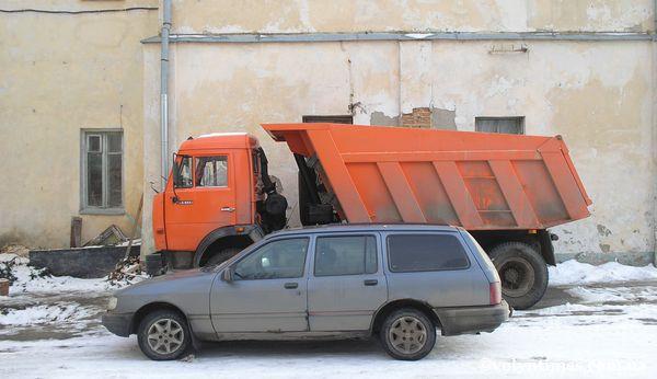 Парковка церковних авто на місці розстрілу