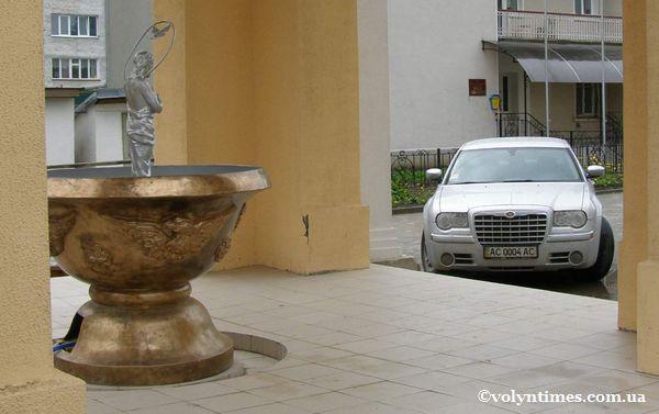 Chrysler Владики Михаїла паркується біля образу Спасителя
