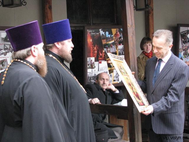 П.Троневич і Т.Рабан отримують вдячність від служителів культу. Вони знають за що...