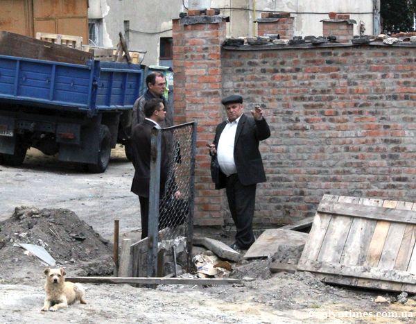 В.Сеник - праворуч, спілкується з представниками луцької міської влади