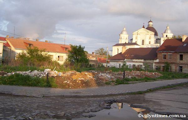 Знищена історична підземна забудова засипана землею і будівельним сміттям