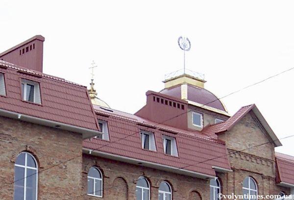 Тризуб в радянському стилі над духовною академією