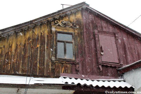Фронтон будинку на вулиці Кічкарівській,1