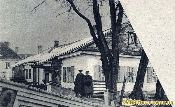 Подружжя Ранців перед своїм помешканням на вул. Пілсудського