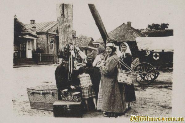 Євреї з крамом на ринку
