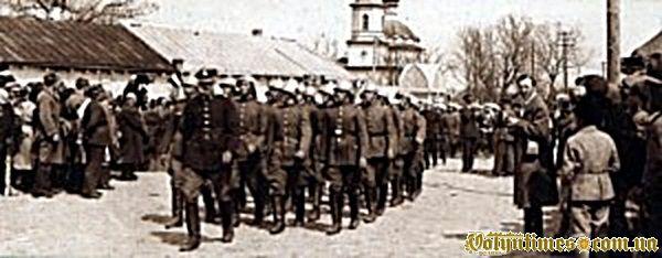 Солдати марширують центром  міста