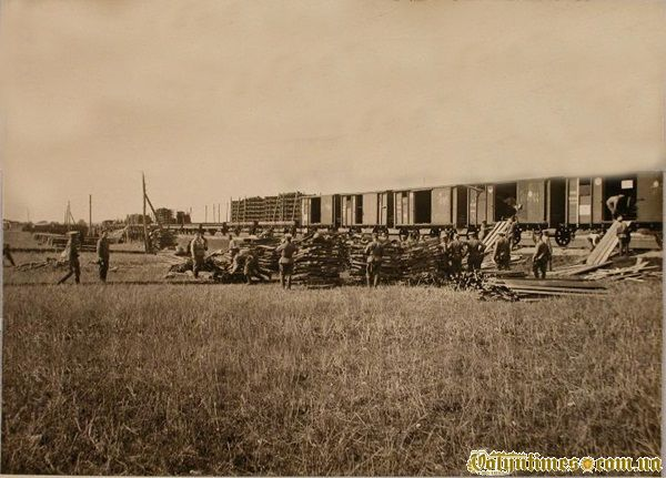 Солдати розвантажують польовий залізничний парк 1914р.